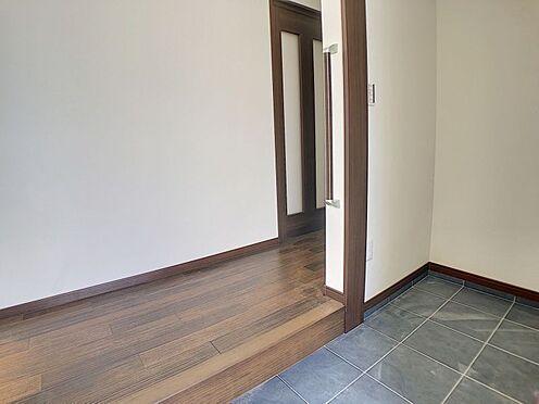戸建賃貸-岡崎市東大友町字塚本 手すり付きの広々とした玄関。玄関横にはSCLがあるため家族全員の靴をスッキリまとめられます◎