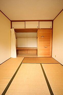中古マンション-橿原市白橿町5丁目 押入れのある和室は寝室や客間にいかがですか?