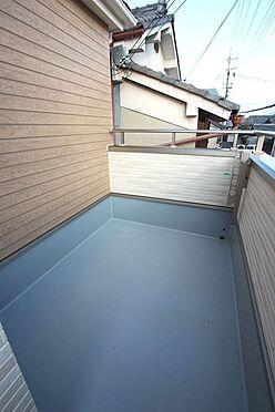 新築一戸建て-大和高田市大字有井 東と西の2室にバルコニーをもうけました。さわやかな風がおうちの中を通り抜けます。(同仕様)