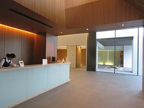 中古マンション-品川区勝島1丁目 コンシェルジュカウンターは、朗らかに対応してくれるコンシェルジュがおります。