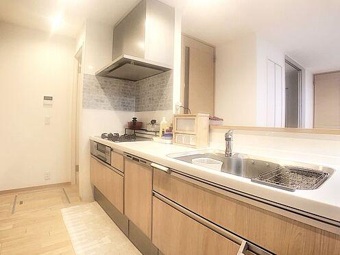 中古一戸建て-みよし市潮見 お手入れがしやすく、収納の充実したシステムキッチン。食洗機完備で家事負担が軽減されます。