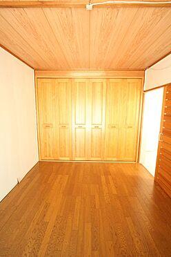 中古マンション-橿原市白橿町5丁目 6帖洋室には壁一面にクローゼットを配置。建具は一度新調されています。床はフローリングを上張りされておりお掃除楽々です。