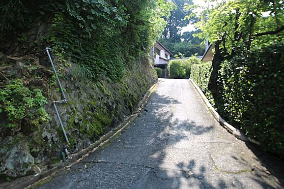 土地-熱海市伊豆山 土地に接道する北側道路を通っています。