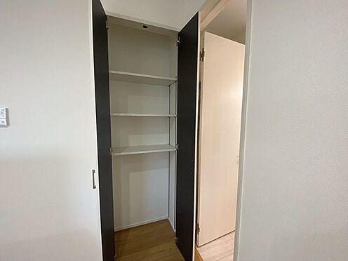 戸建賃貸-豊田市小坂町13丁目 キッチンにはうれしいパントリー収納を備えています。