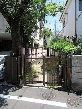 アパート-目黒区五本木2丁目 本地と隣地にて共同で利用しています。