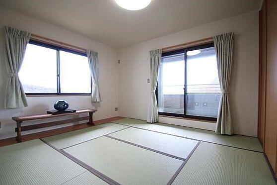 中古一戸建て-熱海市伊豆山 2階にある和室。ここからバルコニーへ出れ景色を楽しめます。広い書斎も併設してます。