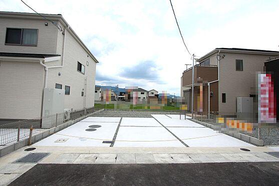 戸建賃貸-大和高田市大字吉井 リビング前、南側にこれだけ広いスペースがございますので陽当たり重視のお客様にもきっとご満足頂けます!並列で3台駐車可能です。