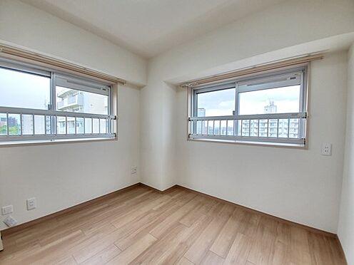 区分マンション-多摩市落合3丁目 二面採光の明るい居室は眺望がとても素敵です。4.5帖の広さでワークスペースに適していそうです。