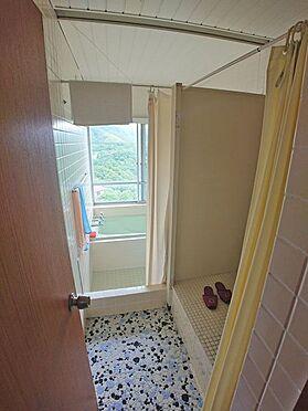 中古マンション-伊東市岡 ドアを開け、浴室スペースへ向かう途中にトイレがございます。