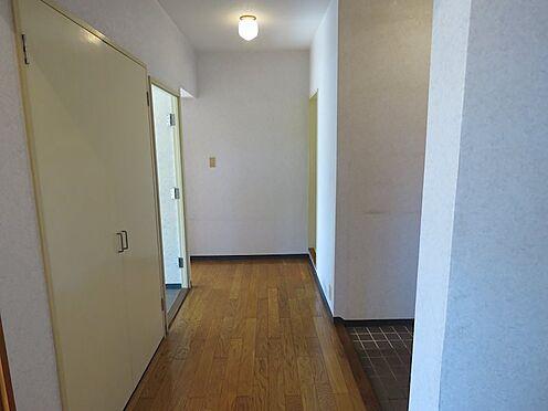 区分マンション-八王子市南大沢4丁目 廊下も明るく開放感があります。