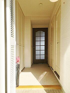 中古マンション-熱海市上多賀 専有玄関内部。明るさを感じらるホワイトのカーペットと室内クロスが華やかな気分を盛り上げてくれます。