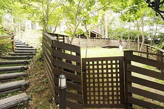 中古一戸建て-北佐久郡軽井沢町大字長倉 斜面の土地ですが、ワンちゃんが走ることが出来るドッグランがあります。