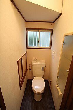 戸建賃貸-熊谷市江南中央3丁目 1階のトイレ。横に収納扉があり。