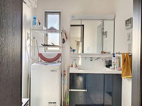 中古一戸建て-一宮市伝法寺1丁目 収納豊富な洗面台、窓のある明るい脱衣所です