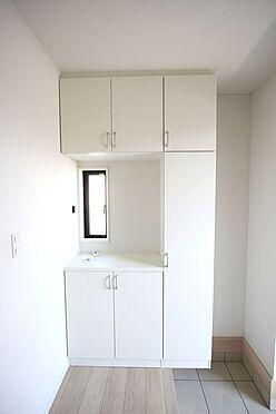 新築一戸建て-大和高田市南今里町 大容量のシューズボックスは40足程度入ります。散らかりがちな場所の整理に役立ちます