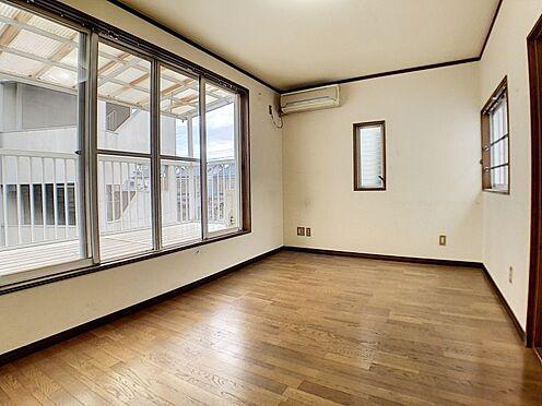 戸建賃貸-一宮市花池2丁目 光が沢山取り込める大きな窓。3面採光なので、日差しを長時間受ける事が出来る暖かいお部屋です。