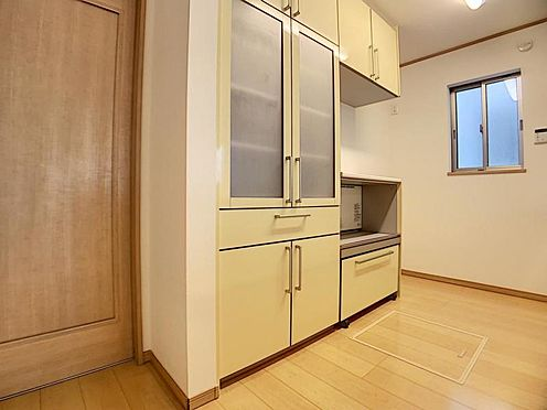 中古一戸建て-豊田市水源町3丁目 カップボードには食器や炊飯器などを収納できるので、キッチンをすっきりと見せてくれます。