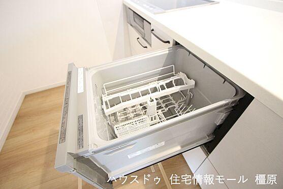 戸建賃貸-橿原市膳夫町 食器洗浄乾燥機は、家事の負担を軽減します。高温のお湯と水圧で洗浄しますので手洗いよりも清潔!忙しい奥様に嬉しい設備ですね。