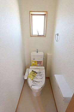 新築一戸建て-大和高田市大字有井 2か所のトイレは朝の混雑緩和に活躍します。1・2階共に温水洗浄便座を完備しております。(同仕様)