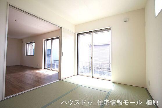 戸建賃貸-磯城郡田原本町大字阪手 南向きの明るい室内。二面の窓からさわやかな風が入ります。