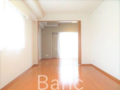 中古マンション-新宿区弁天町 仕切り戸を開けると洋室と繋がり開放感があります。
