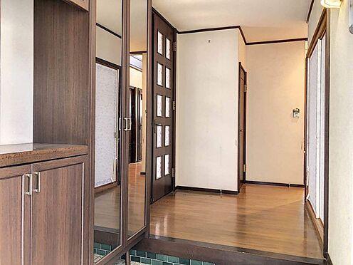 中古一戸建て-刈谷市築地町2丁目 広めの玄関です。シューズボックスもあり、散らかる靴もスッキリ収納できます。