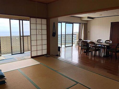 中古マンション-伊東市富戸 リビングの隣りにある和室10帖と広縁