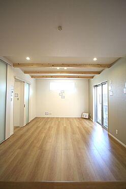 新築一戸建て-橿原市菖蒲町2丁目 天井を高くできる見せ梁は木の温もりも感じられます。照明はダウンライトを採用し、すっきりとした印象になりました。