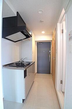 マンション(建物一部)-大田区西糀谷4丁目 システムキッチンがある廊下(2016年7月撮影)