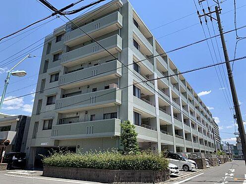 区分マンション-名古屋市西区笹塚町1丁目 外壁が周囲の街並みと青空に生えるお洒落な仕上がり!周囲には高い建物のないエリア。青い空が大きく感じますね。