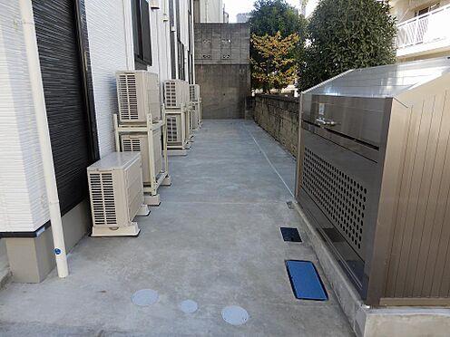 アパート-板橋区赤塚3丁目 奥には自転車置き場スペース、手前にはゴミ集積ボックス。