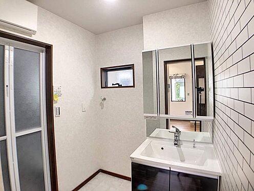 戸建賃貸-一宮市木曽川町門間字筋違 白を基調とした清潔感ある洗面室