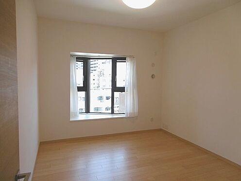 中古マンション-多摩市永山1丁目 約7帖の洋室。出窓がお洒落です。