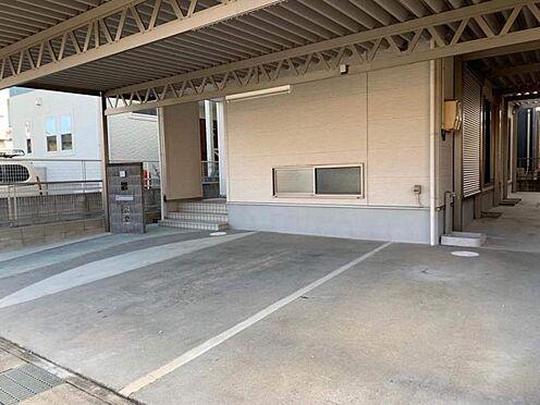 中古一戸建て-岡崎市舳越町字東沖 駐車は並列で2台可能です!屋根付きで雨の日も安心です。