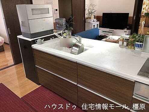 戸建賃貸-桜井市大字粟殿 ご家族でお料理を楽しんで頂ける大型のシステムキッチン。リビングの様子も良く見えます。