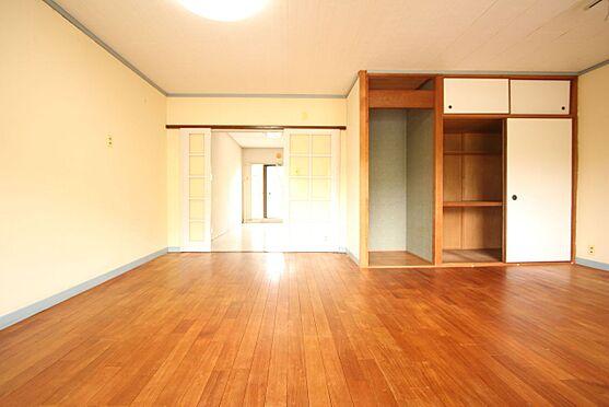 中古マンション-橿原市白橿町5丁目 13.5帖の広々とした空間!もともと2室でしたが壁を取り払い大きな一部屋へ間取り変更されました。大容量の収納スペースもございます。