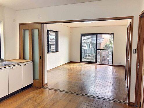 戸建賃貸-西尾市下羽角町郷内 キッチンとリビングを開放してますます広くお部屋を利用できます。