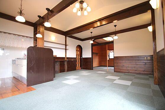 中古一戸建て-熱海市伊豆山 開口部側から室内を撮影。リビングダイニングは広さ13帖ございます。