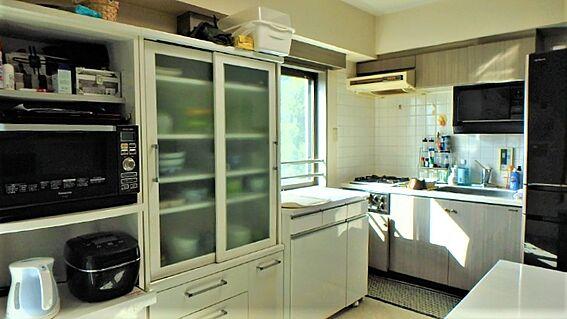 リゾートマンション-熱海市伊豆山 角部屋なので採光窓も多く、換気にも困りません。サイズに合わせた家具配置もいいですね。