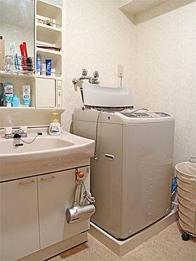 中古マンション-伊東市富戸 〔洗面所〕洗面化粧台と洗濯機置場がございます。