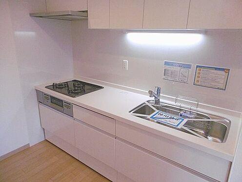 中古マンション-多摩市永山1丁目 白を基調としたシステムキッチンです。(LIXIL製)