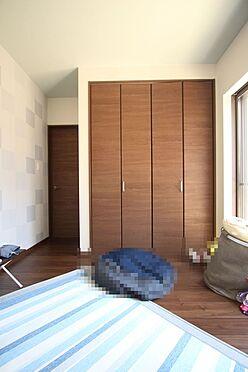 中古一戸建て-大和高田市三和町 洋室には全てクローゼットがございます。沢山の衣類や小物もすっきり整理できますね。