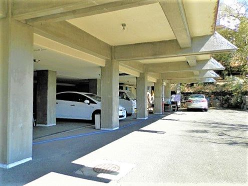 中古一戸建て-田方郡函南町平井南箱根ダイヤランド 建物の梁を利用した駐車場スペースです。総台数を算出すると8台は充分にお停めいただけます。