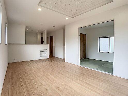 新築一戸建て-豊田市朝日町1丁目 大型テレビも置ける17帖の広々リビングは、陽当りが良く、部屋いっぱいに明るい陽光が広がります。(こちらは施工事例です)