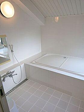 中古マンション-北佐久郡軽井沢町大字長倉 清潔感開放感にあふれる浴室。