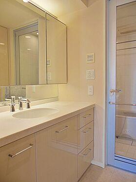 中古マンション-港区高輪1丁目 3面鏡のついた洗面化粧台
