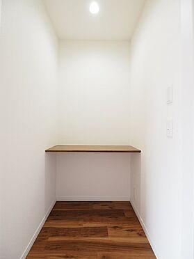 区分マンション-浦安市富岡3丁目 リビングの多目的カウンター。家事スペースや、お子様の勉強部屋にも◎