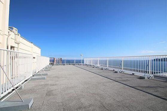 中古マンション-熱海市春日町 屋上:11階にある屋上スペース。風通しもよく景色もいいので気分が上がりますね。