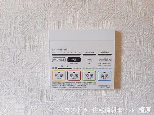 戸建賃貸-磯城郡田原本町大字阪手 浴室には乾燥暖房機がついており雨の日に大活躍。冬の億劫なバスタイムも温かく楽しくなりそうですね。(同仕様)