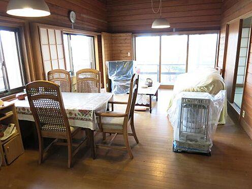 中古一戸建て-北佐久郡軽井沢町大字長倉 リビング・ダイニングの様子です。窓が多く明るい室内です。ゆったりくつろいでいただけます。